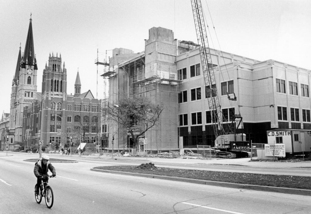 Cudahy_Hall_construction_site_as_seen_from_Wisconsin_Avenue_1993