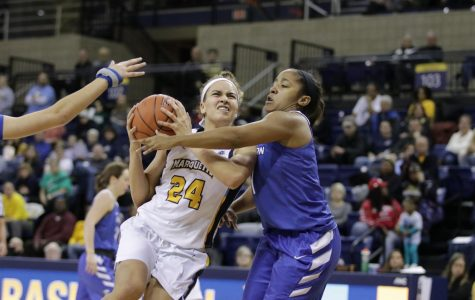 Women's basketball coasts past Creighton despite Blockton's absence