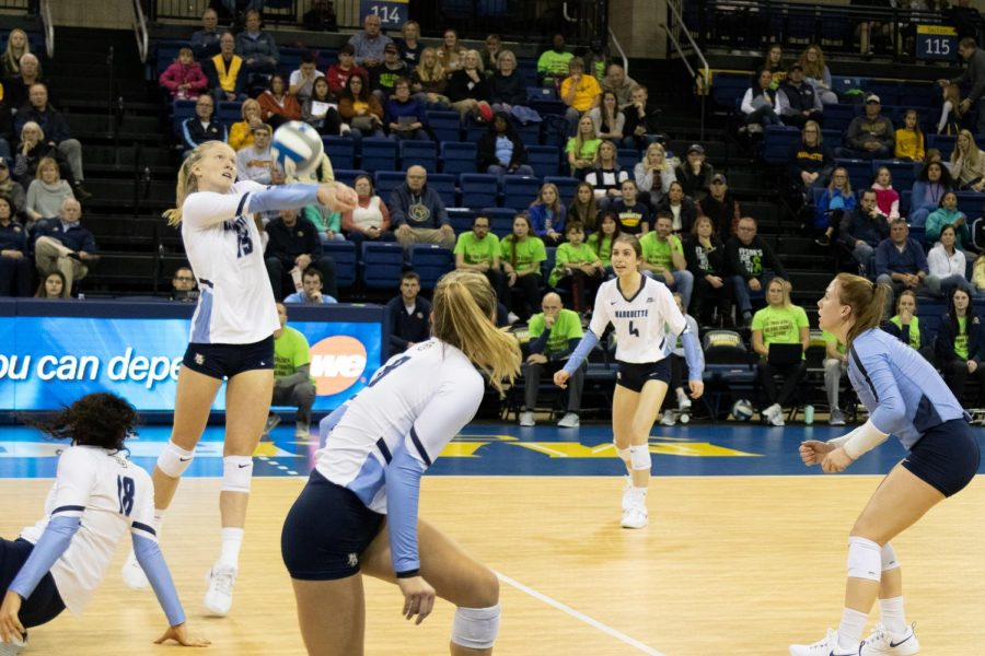 Sophomore+Ellie+Koontz+digs+the+ball+in+Marquette%27s+three-set+sweep+against+Xavier.