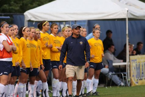 Frank Pelaez coaching his team from the sidelines. (Photo Courtesy of Marquette Athletics.)