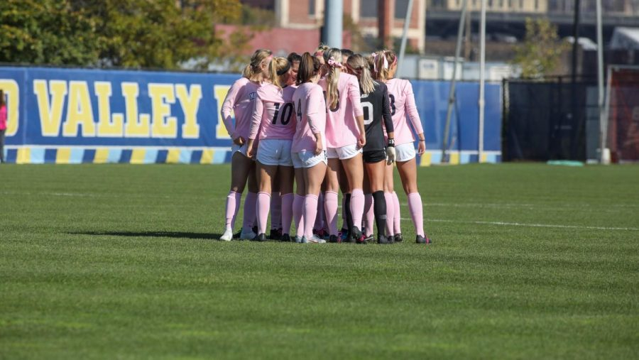 Marquette womens soccer gather in huddle before their 3-1 win against Villanova on Oct. 20. (Photo courtesy of Marquette Athletics.)