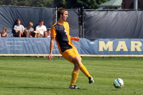 Danny Jarosz passes the ball in warmups of Marquette