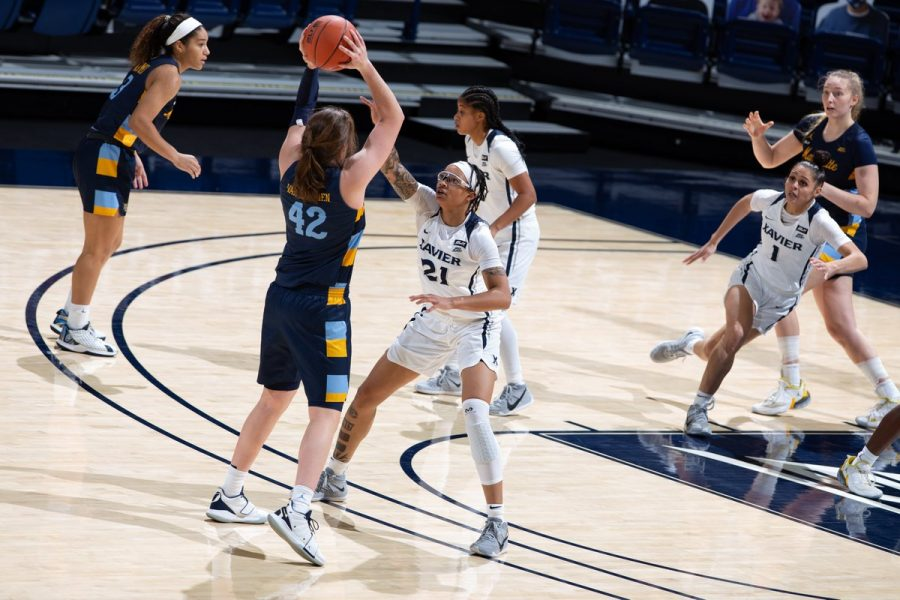 Lauren+Van+Kleunen+%2842%29+looks+for+a+teammate+to+pass+to+in+Marquette%27s+win+at+Xavier+Tuesday.+%28Photo+courtesy+of+Marquette+Athletics.%29