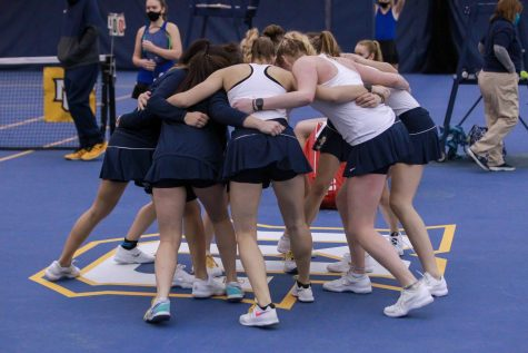 The Marquette womens tennis team huddles before the teams 3-4 loss to Drake March 27. (Photo courtesy of Marquette Athletics.)