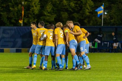 Marquette mens soccer in a huddle during its 2-1 loss to Xavier Oct. 6. (Photo courtesy of Marquette Athletics.)