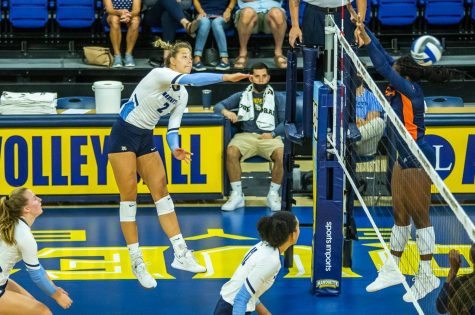 Hannah Vanden Berg finishes a kill in Marquettes 3-0 victory over UTSA Sept. 17.